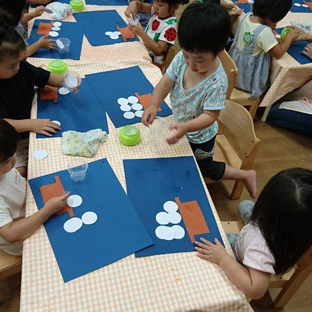 いちご組はプールごっこ、もも組は洗濯ばさみあそび、めろん組は秋の製作(十五夜のお団子作り)で楽しみましたよ(*^_^*)