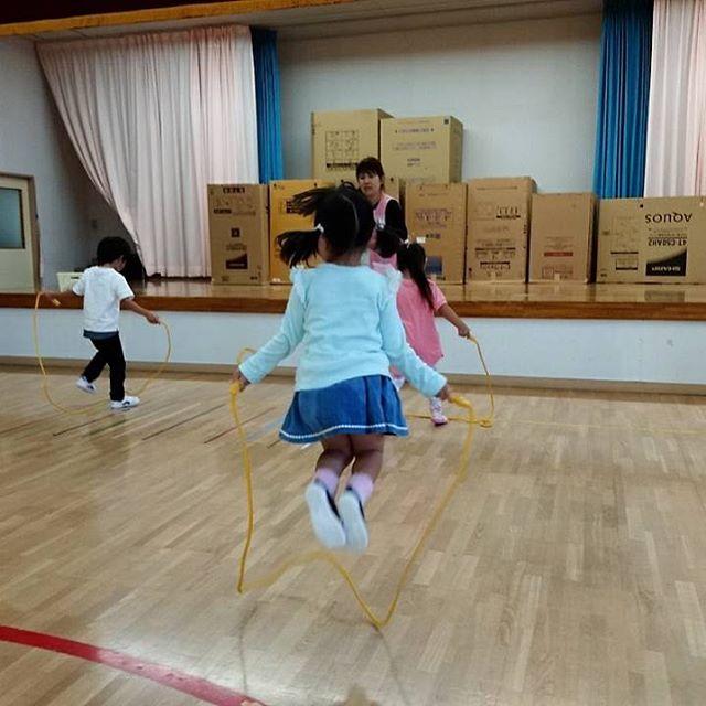4.5歳児の運動会能力測定の日縄跳び何回跳べるかな(*^_^*)練習れんしゅう頑張ってます(*'ω'*)