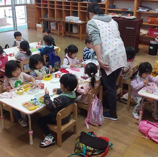 1歳児もも組さんが2歳児めろん組の部屋で一緒にお弁当を食べました一緒に食べてますます美味しかった〜